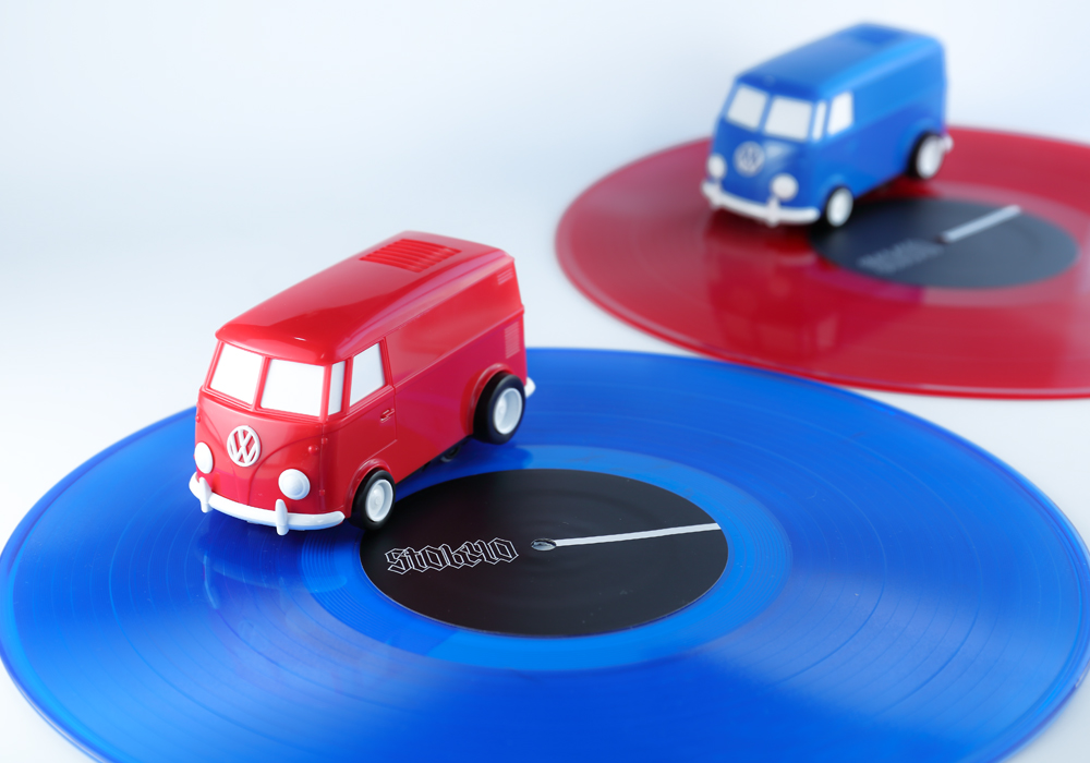 レコード盤の上をクルクルと回転し、音楽を再生する自走式レコードプレイヤー「RECORD RUNNER」